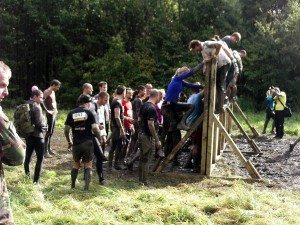 mud-run-climbing-wall-with-others-help